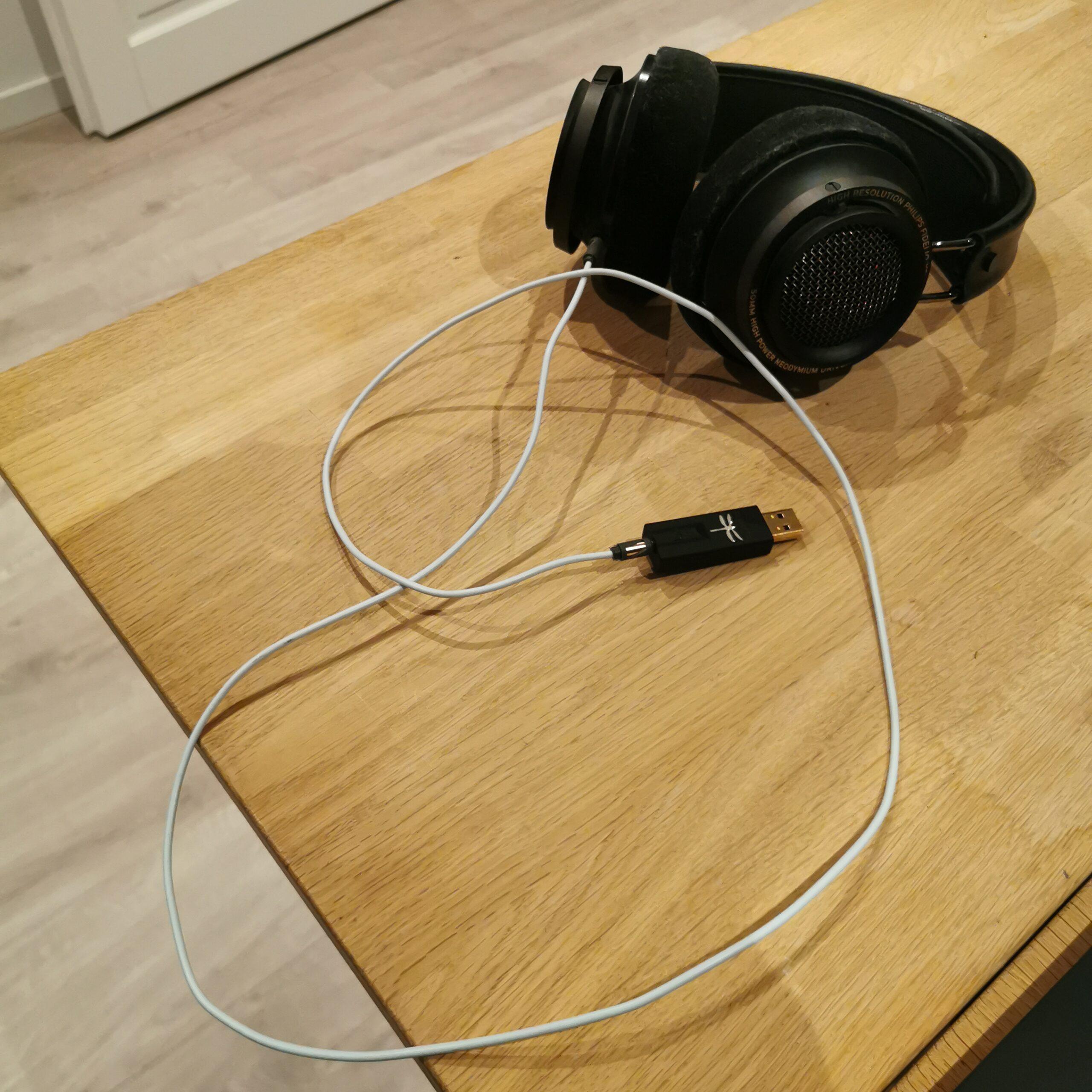 høretelefoner med hvidt Supra kabel
