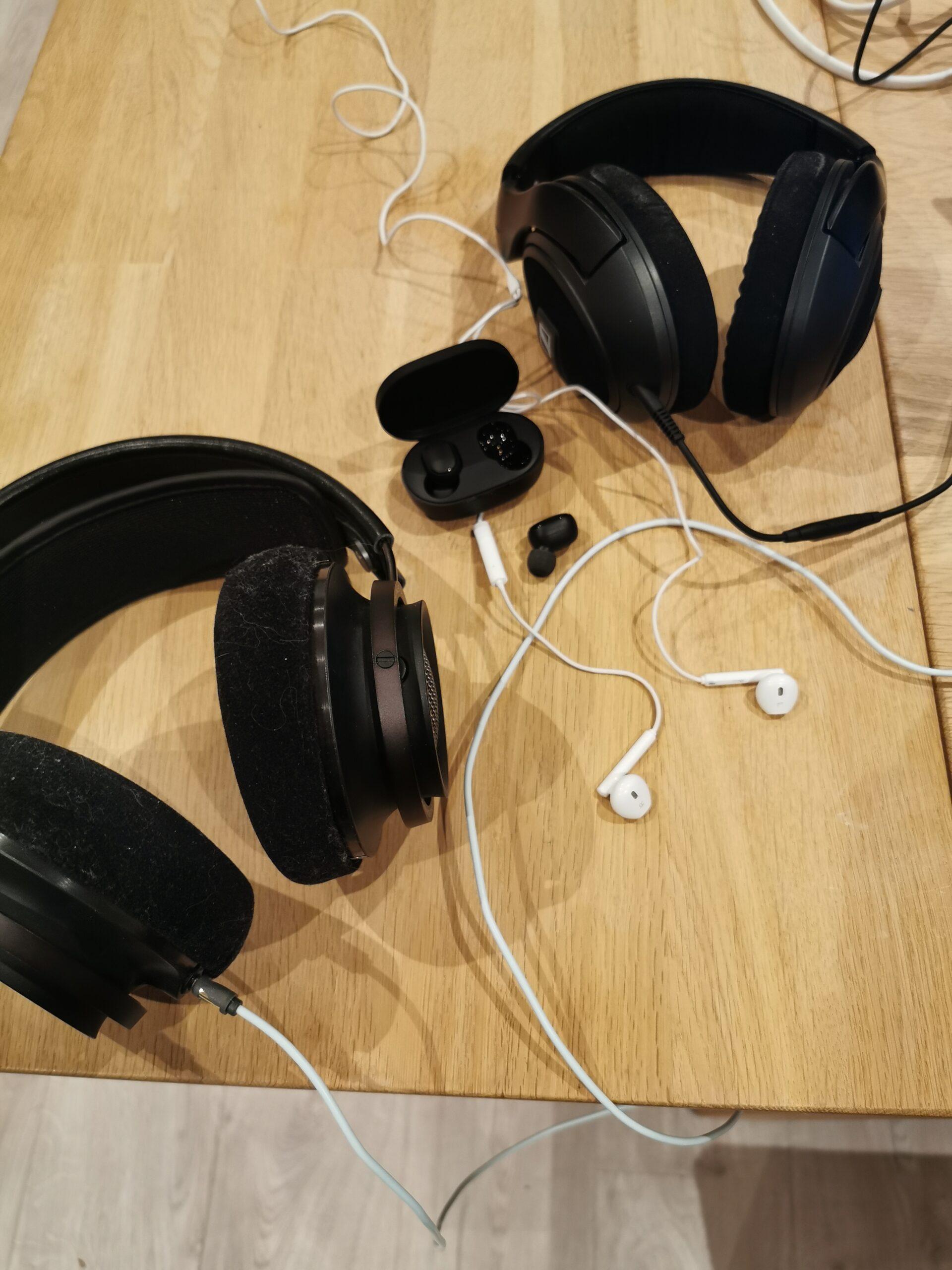 Billede af mange forskellige typer høretelefoner